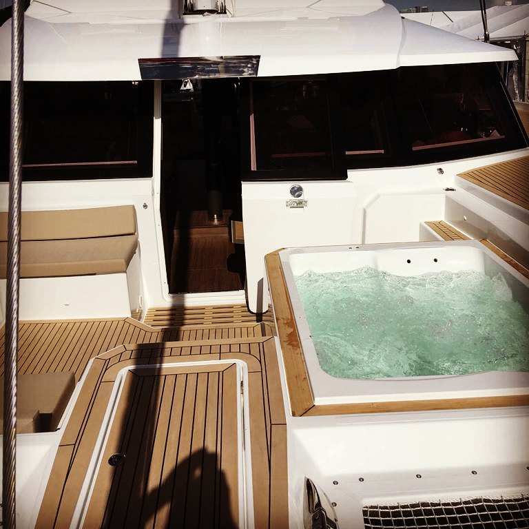 Fountaine Pajot Alegria 67 - jacuzzo on foredeck lounge